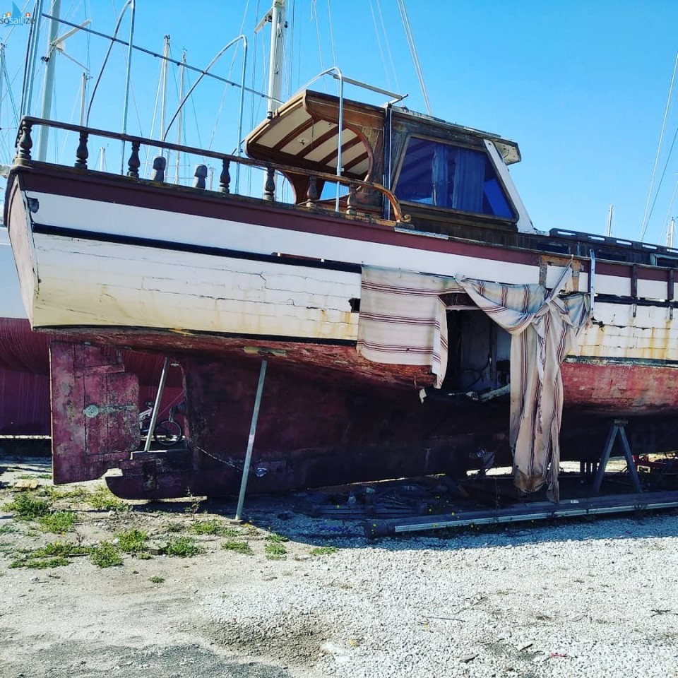 Broken abandoned boats on the boatyard. Makes you wonder where they have been, how many people lived on it, what she was used for, now we'll never know....Boats definitely have a soul and a story to tell. https://youtube.com/channel/UCLowBPYd1BXtInGEUFShKQw